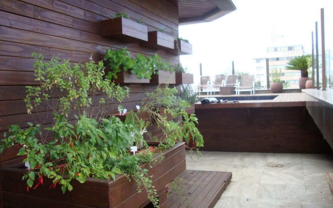 Conheça o jardim de uma cobertura de apartamento com varanda gourmet