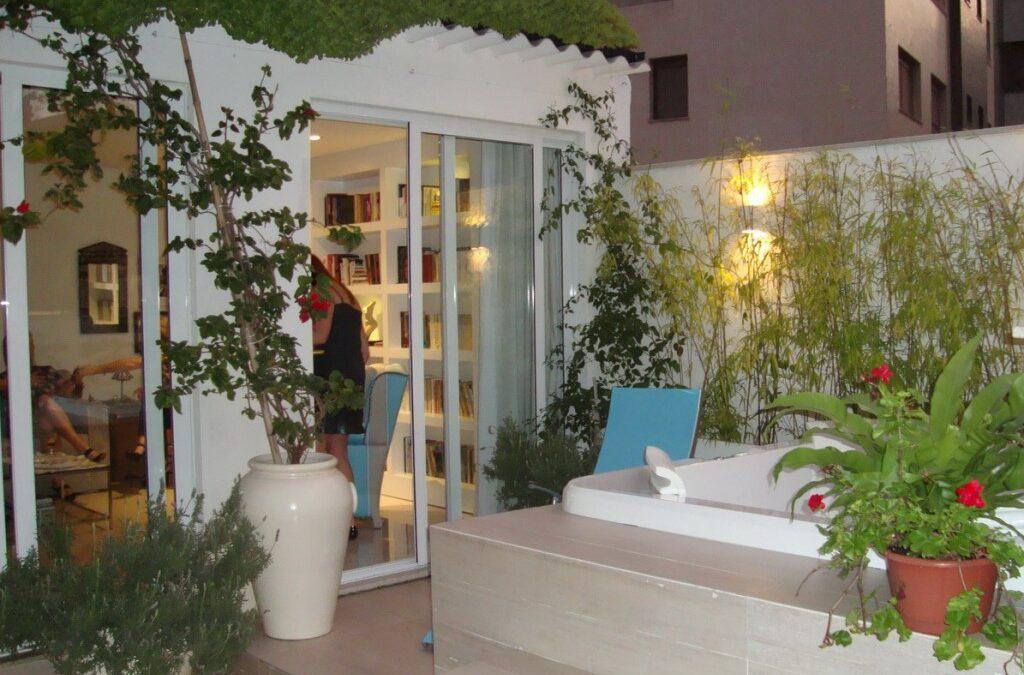 Terraço de apartamento se transforma em jardim com soluções criativas