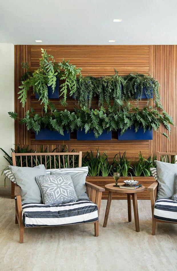 Orquídeas na parede da sacada- economia de espaço! Encontrado em Portal Casa.com.br - Casa Claudia