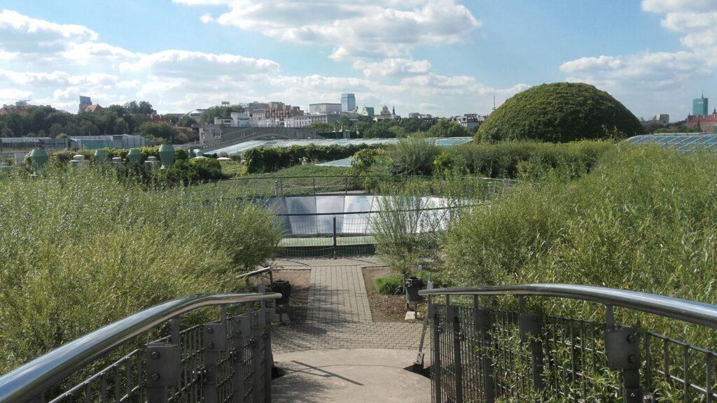 Conheça o jardim que fica no telhado da biblioteca da Universidade de Varsovia, na Polonia