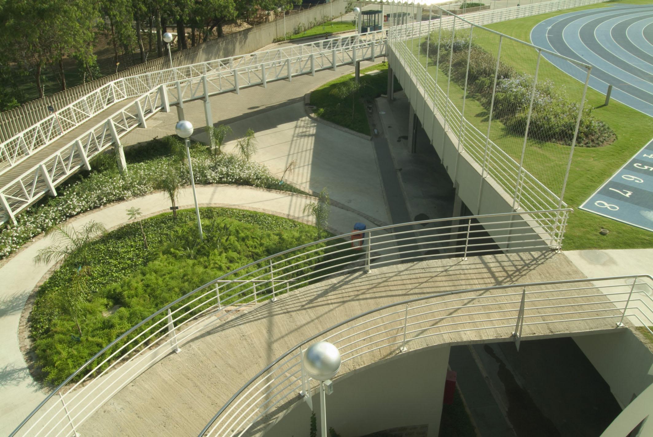 Jardins nas rampas de acesso para o campo foto: Eneida Serrano