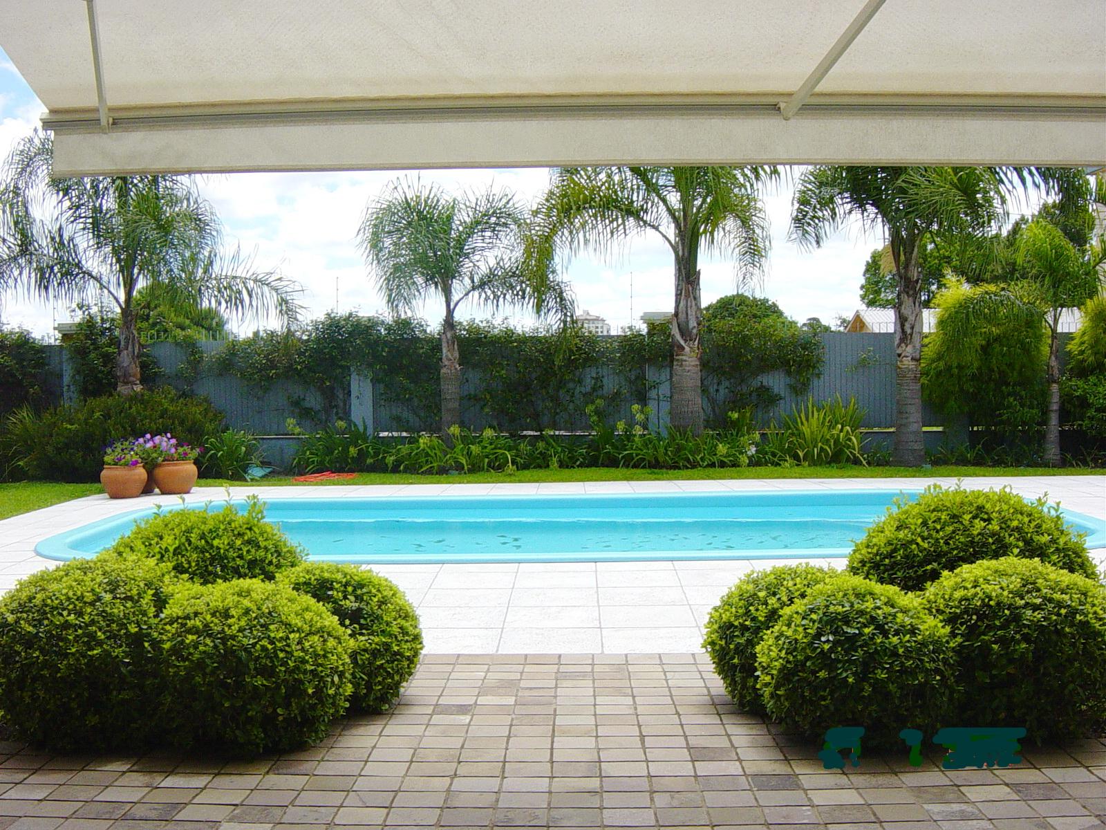 Jardim em residencia: Buxus, palmeiras e jasmim perfumado
