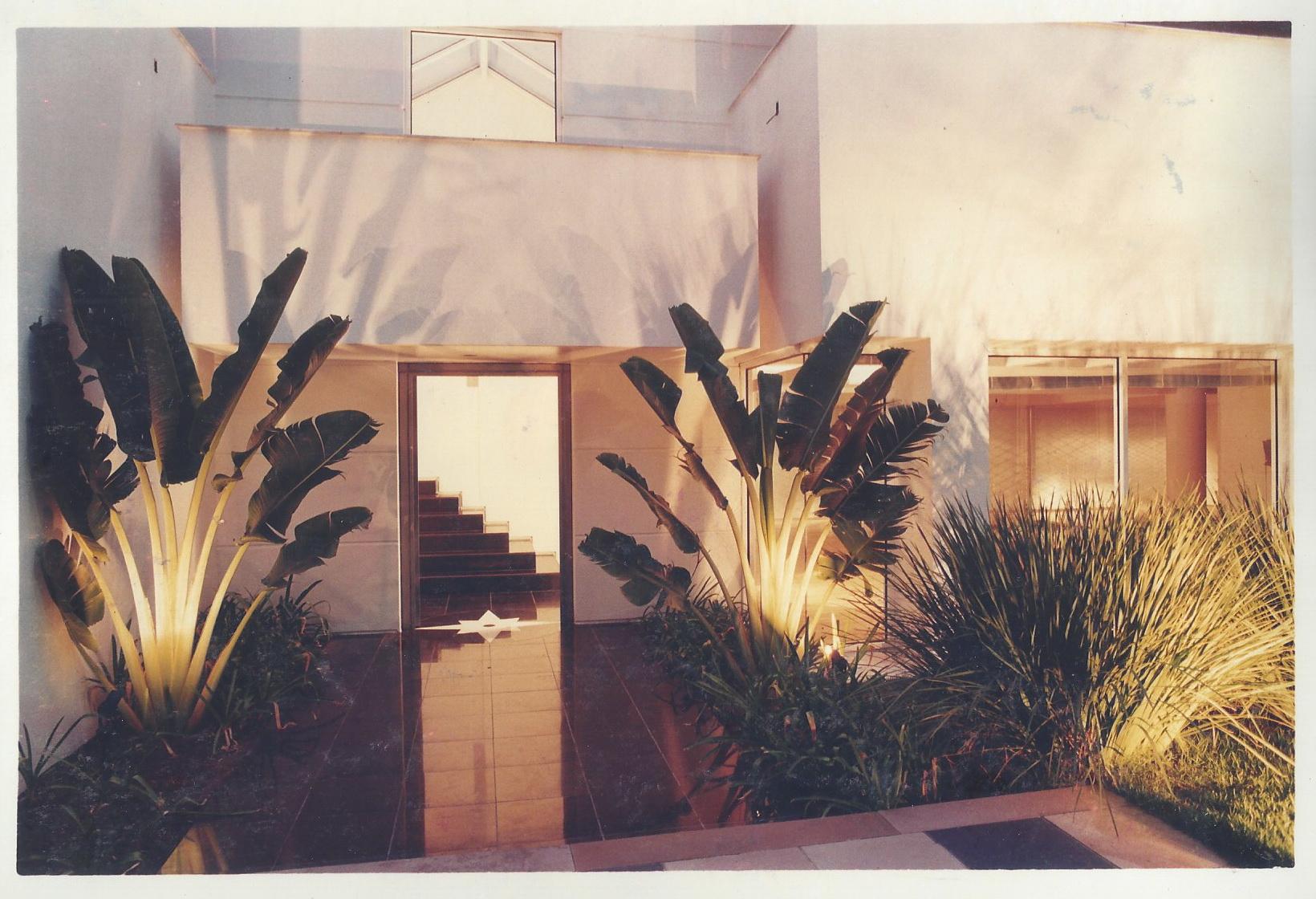 Jardim residencial -iluminação a noite Foto: Eneida Serrano