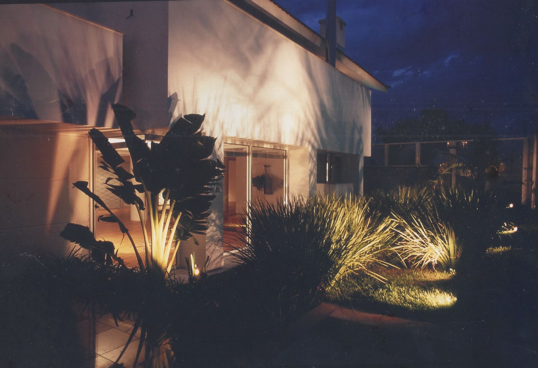 Jardim residencial - iluminação a noite Foto: Eneida Serrano